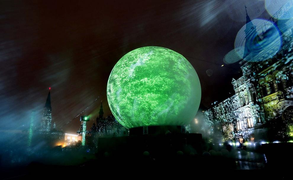 Огромная сияющая сфера на фестивале «Круг света» в Москве, Россия. Почти весь центр города пять дней будет служить площадкой для грандиозных световых, пиротехнических и анимационных шоу. (AP Photo/Sergey Ponomarev)