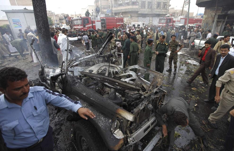 Теракт в столице Йемена, 11 сентября 2012 года. (REUTERS/Mohamed al-Sayaghi)