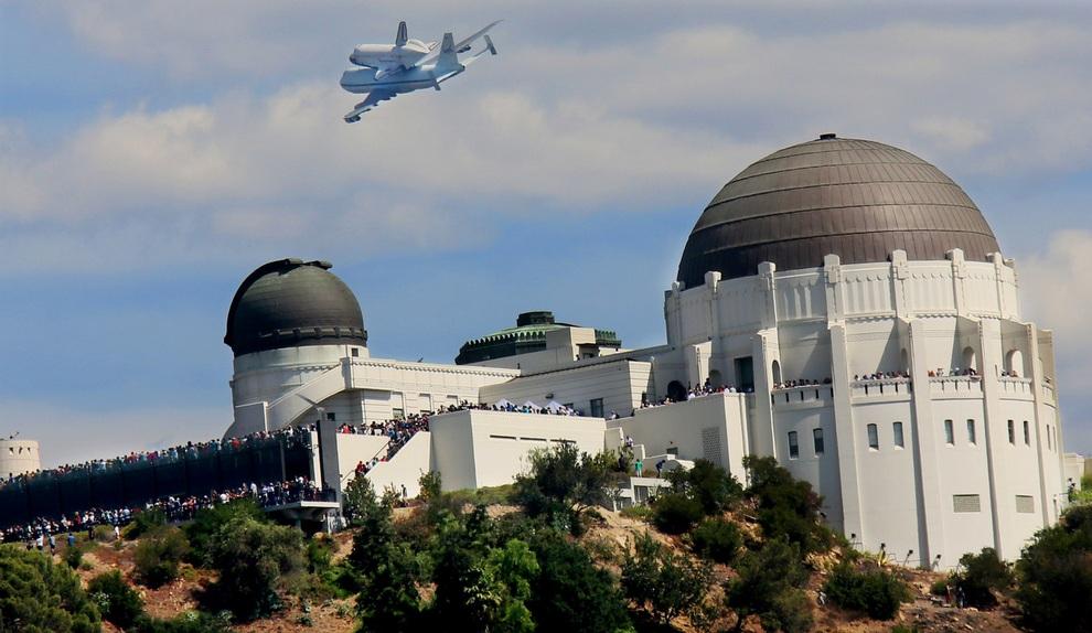 Эмоциональные проводы шаттла «Индевор» в музей Калифорнийского научного центра в Лос-Анджелесе, США. (Sandy Huffaker/Getty Images)