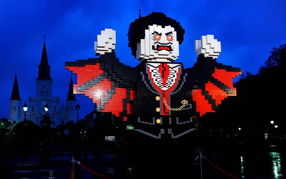 Гигантская фигурка вампира из LEGO в Новом Орлеане, штат Луизиана, США. До Хэллоуина остался ровно месяц, но американцы уже вовсю готовятся к своему любимому празднику. (AP Photo/Cheryl Gerber)
