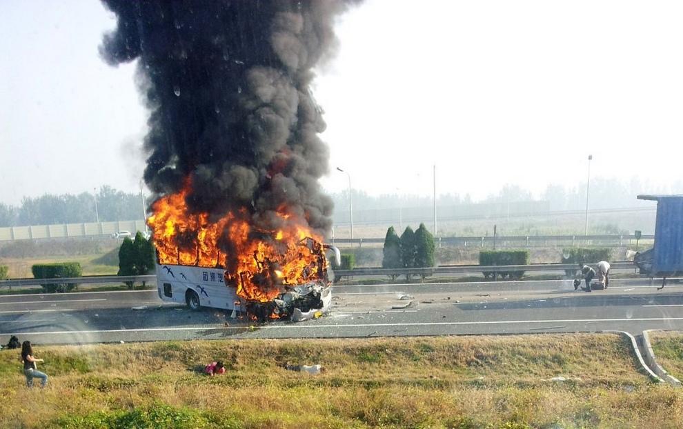 Автокатастрофа на шоссе Пекин—Тяньцзинь, Китай, 1 октября 2012 года. (REUTERS/Peng Jianfeng)