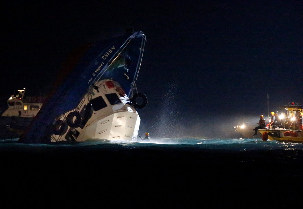 Столкновение прогулочного катера и парома в бухте Виктории, Гонконг, 1 октября 2012 года. (AP Photo/Kin Cheung)