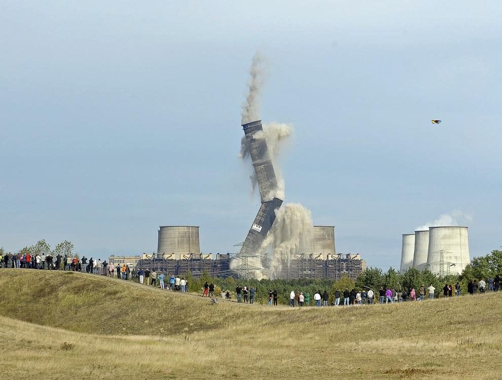 Снос старой трубы электростанции в Боксберге, Саксония, Германия. Чтобы уничтожить 300-метровую трубу весом 11 тыс. тонн, рабочим пришлось пробурить 1653 отверстия для взрывчатки. (REUTERS/Pawel Sosnowski)
