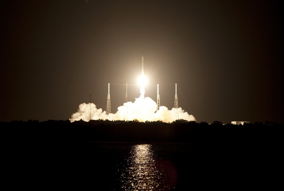 Старт ракеты-носителя «Фалкон-9» с космическим кораблем «Дракон», мыс Канаверал, штат Флорида, США. (SpaceX/EPA)