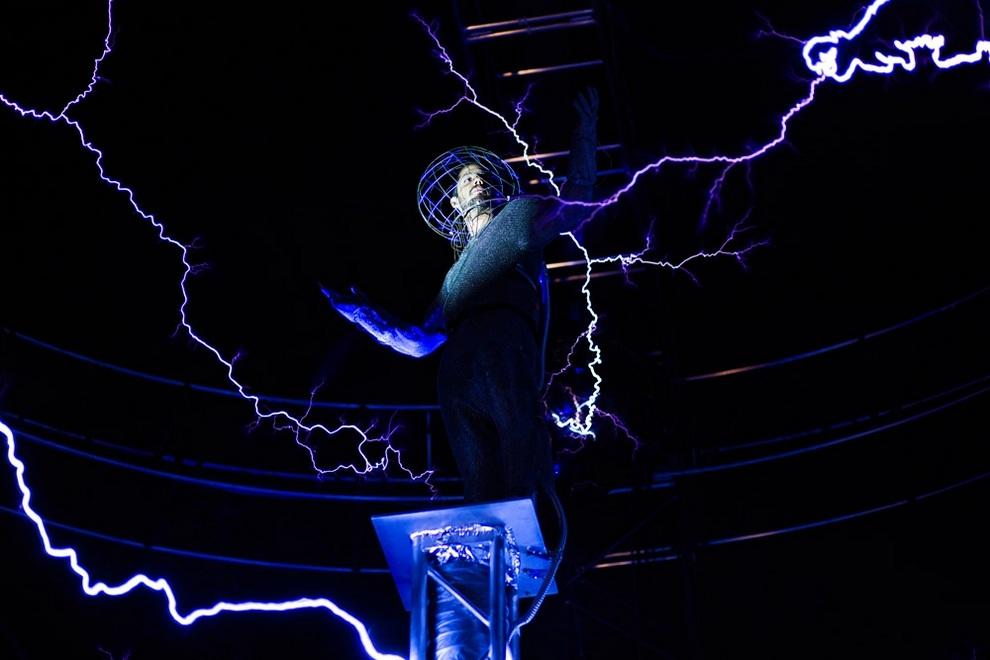 Дэвид Блейн среди искусственных молний в трюке «Наэлектризованный», Нью-Йорк, США. (AP Photo/John Minchillo)