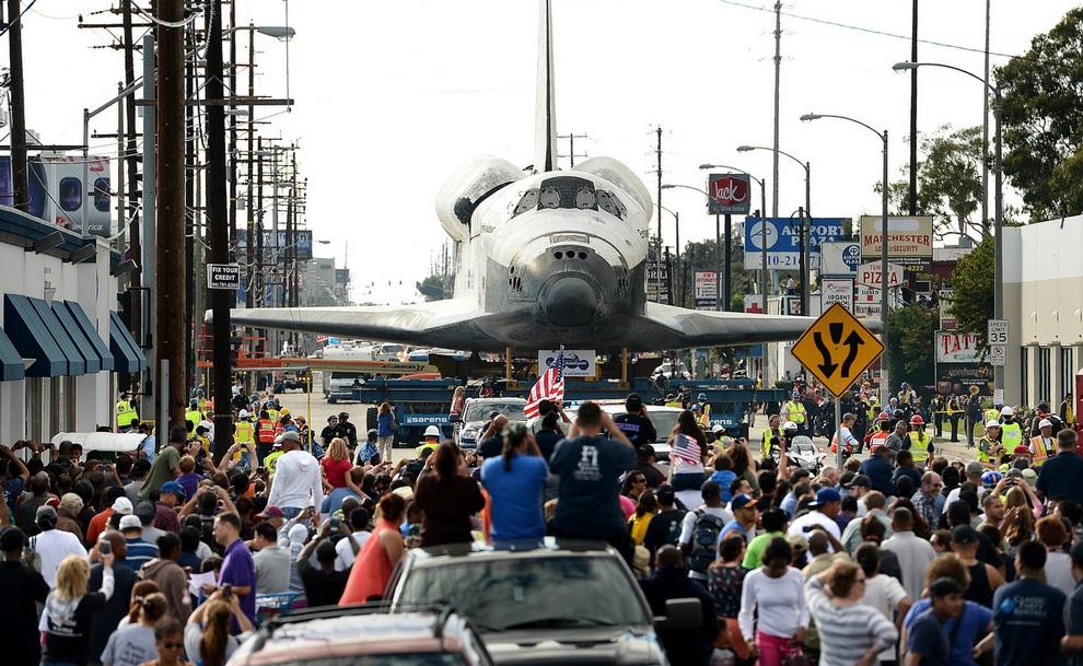 Шаттл «Индевор» прокатился дорогами Лос-Анджелеса (30 фото)