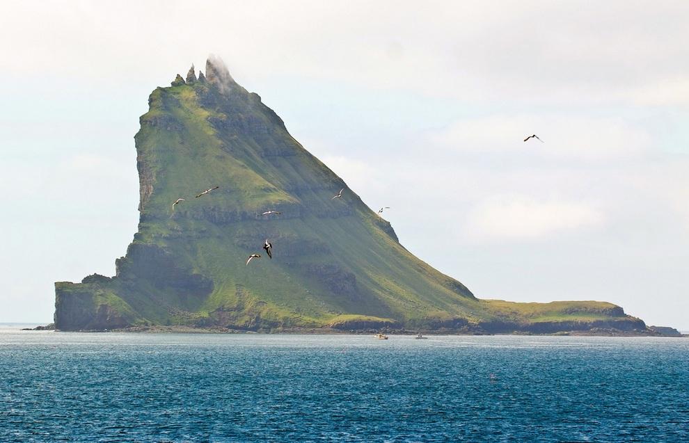 Маленький островок Тиндхёльм к западу от Вагара, Фарерские острова. Каждая из его вершин имеет собственное имя: Итсти, Арни, Литли, Брейди и Богди. (Arne List)