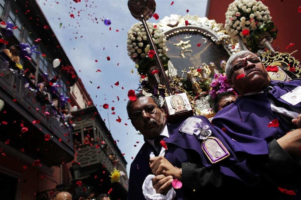 Религиозная процессия в Лиме, Перу. (AP Photo/Rodrigo Abd)