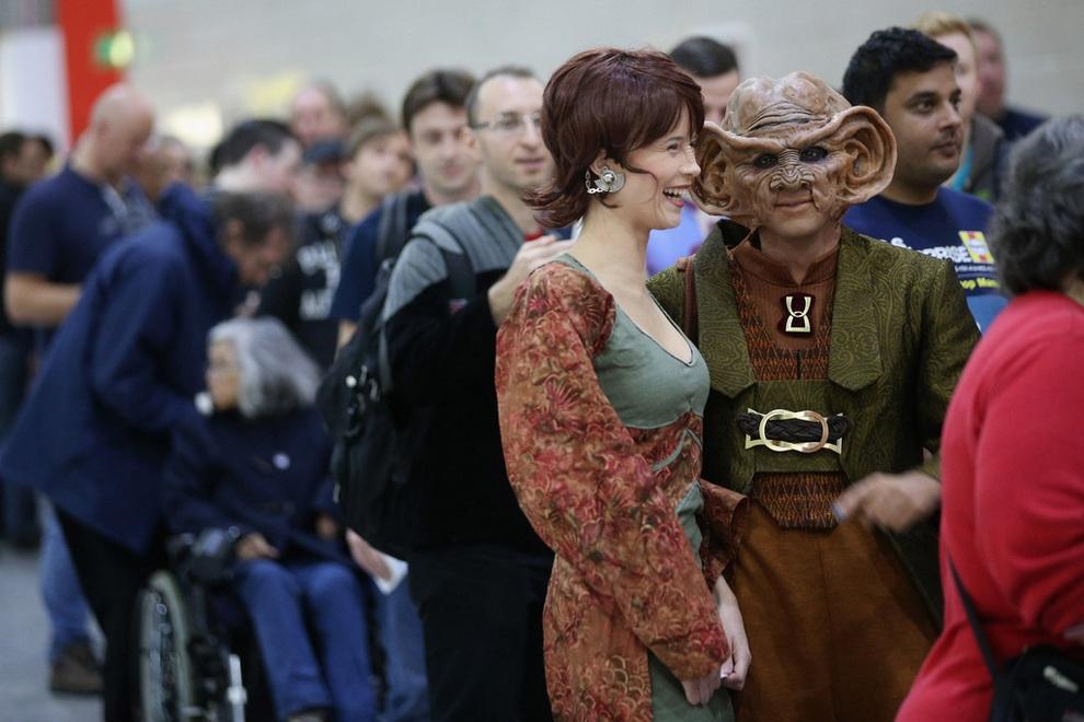 Фанаты сериала «Звёздный путь», одетые как Лита и Ром, стоят в очереди на входе в центр ExCeL, Лондон, Англия. (Oli Scarff/Getty Images)