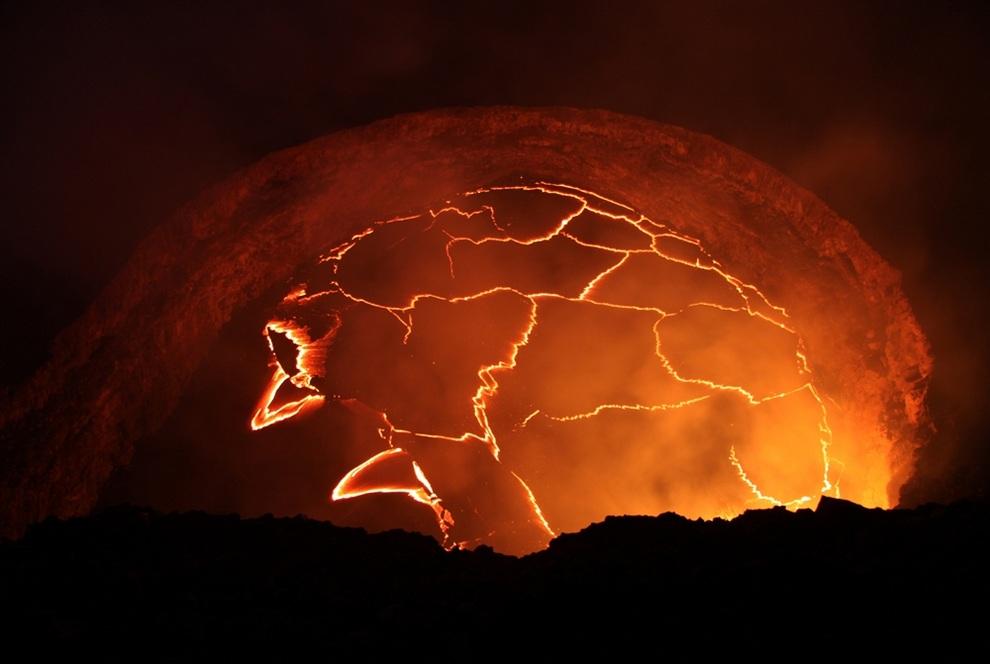 Лавовое озеро в кратере Халемаумау на вершине щитового вулкана Килауэа, Гавайские острова, США. (Tim Orr/USGS)