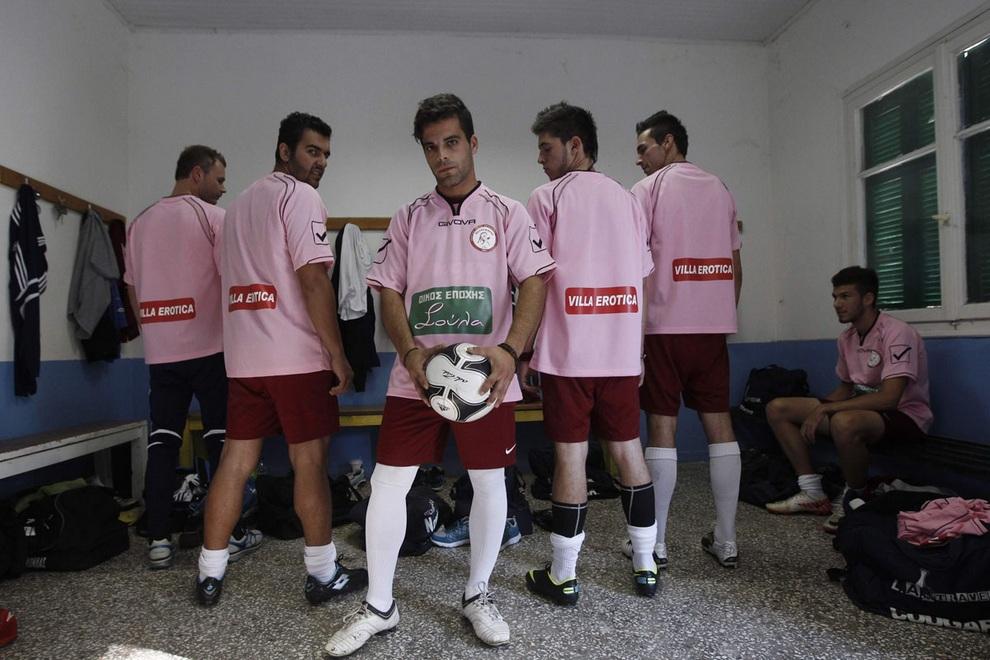 Футболисты клуба «Вокефалас» демонстрируют форму с логотипами новых спонсоров, Лариса, Греция. (REUTERS/John Kolesidis)