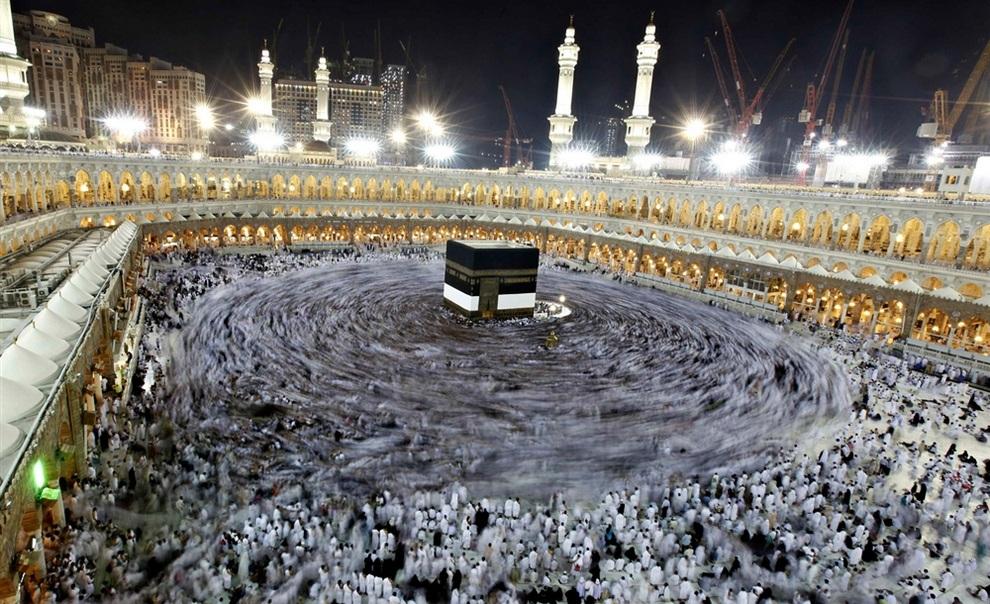 Мусульманские паломники кружат вокруг Каабы во внутреннем дворе Заповедной Мечети в Мекке, Саудовская Аравия. Немусульманам въезд в Мекку запрещен. (REUTERS/Amr Abdallah Dalsh)