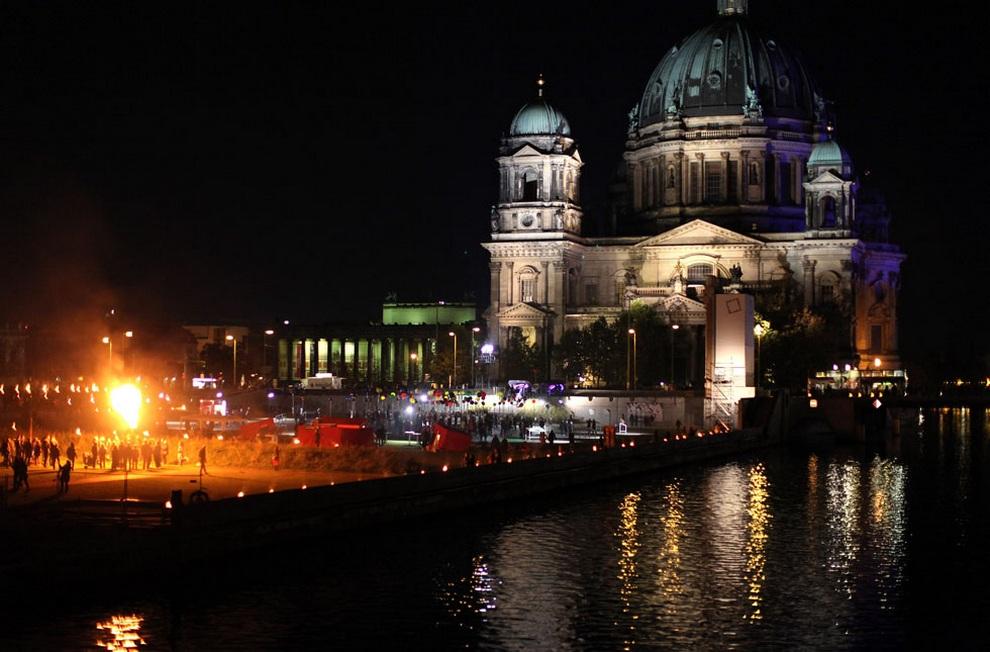 Представление французских исполнителей Carabosse у Берлинского кафедрального собора в честь 775-летия города, Берлин, Германия. (Adam Berry/Getty Images)