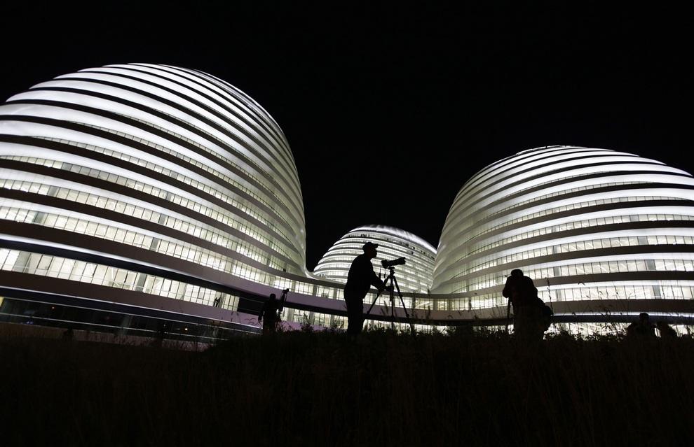 Вид с улицы на новый торгово-офисный центр Galaxy Soho в Пекине, Китай. (REUTERS/Jason Lee)