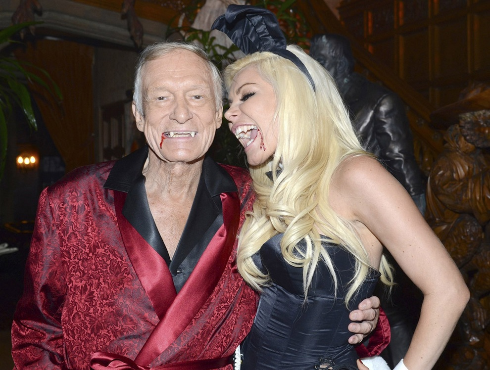 Хью Хефнер и Кристал Харрис (Crystal M. Harris) позируют для фото во время вечеринки в честь Хэллоуина в Playboy Mansion, США. (REUTERS/Courtesy Playboy Enterprises,Inc./Handout)