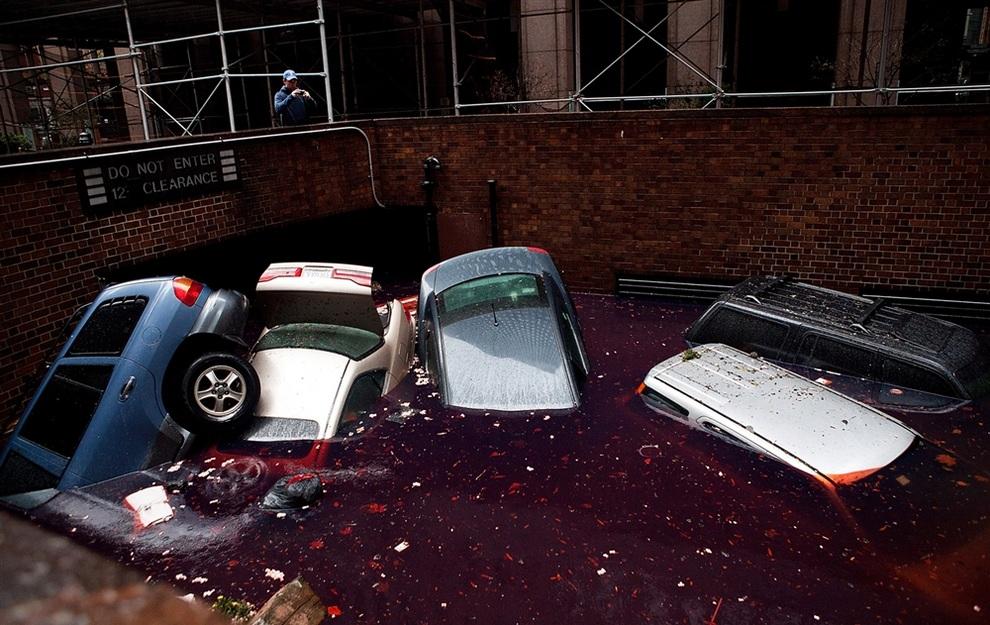 Машины плавают по затопленному въезду на подземную стоянку в деловом районе Нью-Йорка, США. (Andrew Burton/Getty Images)