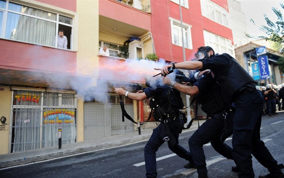 Турецкая полиция распространяет слезоточивый газ во время столкновения с курдскими демонстрантами. (BULENT KILIC/AFP/Getty Images)