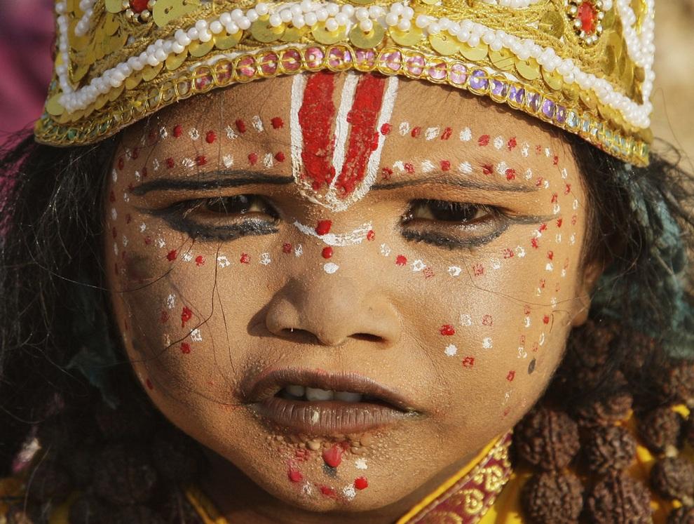 Девочка в образе богини сидит на берегу реки Ганг во время религиозного фестиваля «Наваратри» в Аллахабаде, Индия. В ходе этого праздника, продолжающегося десять дней и девять ночей, индуисты поклоняются девяти ипостасям Шакти/Деви — женской форме бога. (REUTERS/Jitendra Prakash)