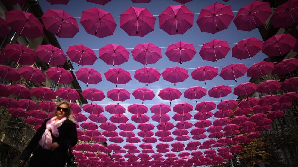 Центральную улицу Софии украсили зонтами (3 фото)
