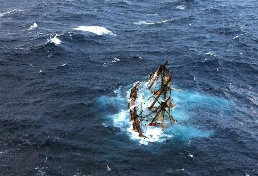 Из-за урагана затонула реплика HMS Bounty (3 фото)