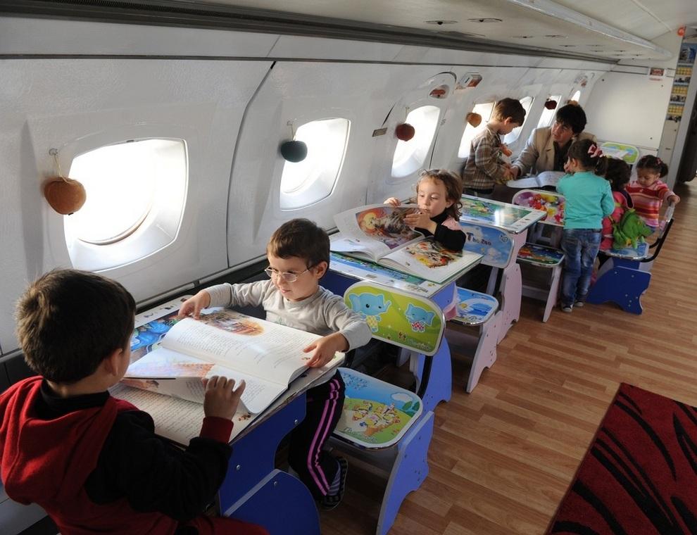 Детский садик в самолёте (2 фото)