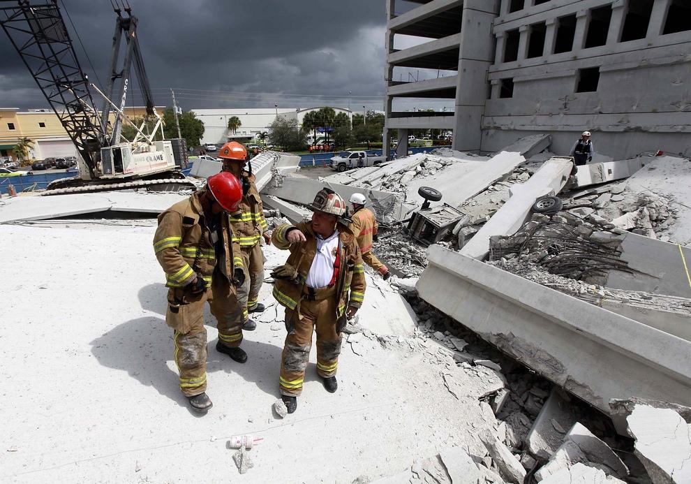 Пожарные осматривают территорию после крушения недостроенного паркинга в Дорале, штат Флорида, США. (AP Photo/Miami-Dade Fire Rescue)