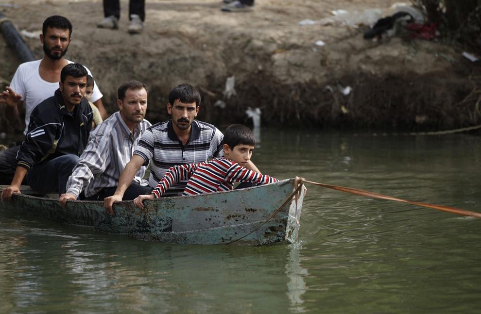 Сирийские беженцы перебираются через реку Оронт в Турцию. (REUTERS/Osman Orsal)