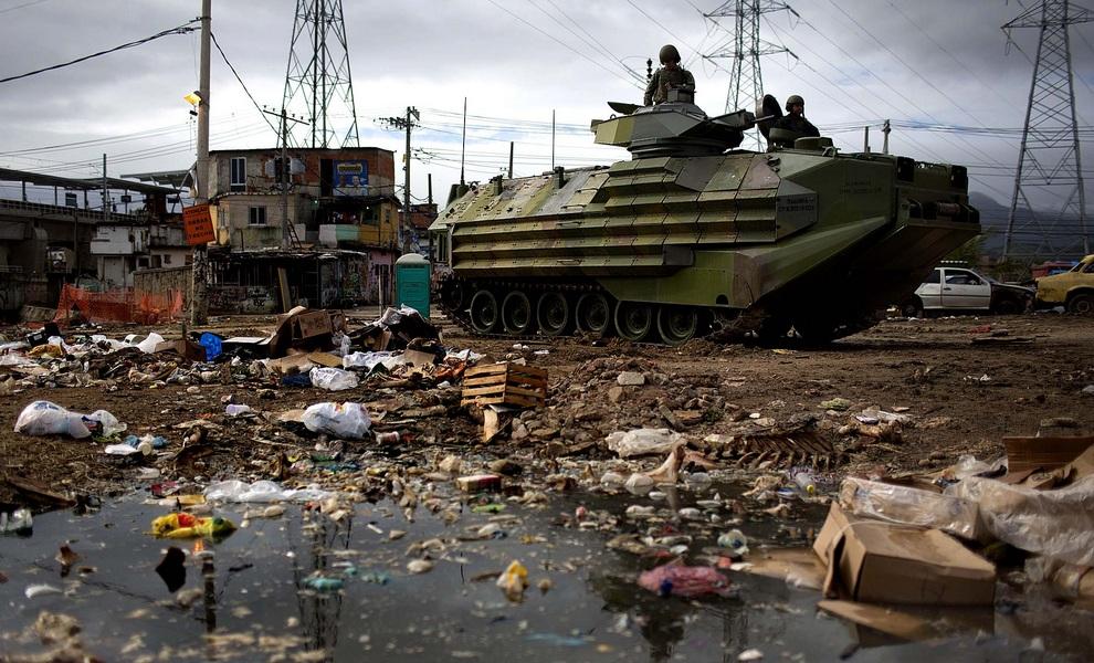 Новости дня в фотографиях: Зачистка фавел в Рио-де-Жанейро, рекорды «Железного Феликса», шанхайский триумф Джоковича (10 фото)
