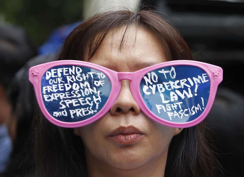 Новости дня в фотографиях: Протесты в Париже, выставка Роя Лихтенштейна, борьба за свободу слова (10 фото)