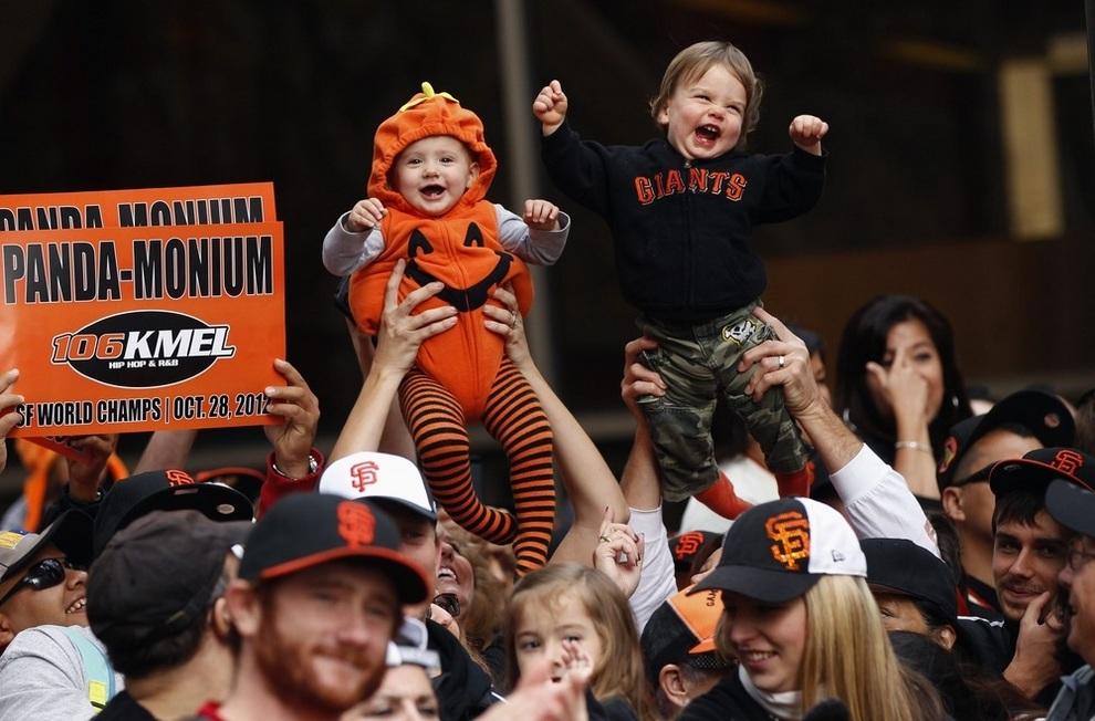 Фанаты с детьми наблюдают за парадом победителей на Маркет-стрит в Сан-Франциско, штат Калифорния, США. (REUTERS/Robert Galbraith)