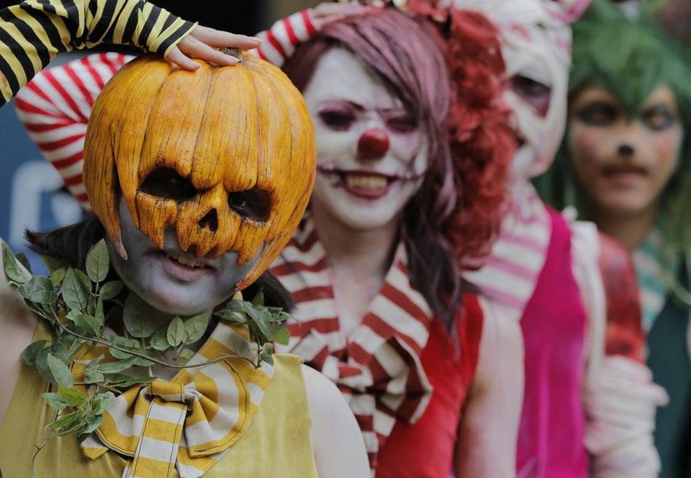 Переодетые участники марша в честь Хэллоуина позируют для фото, Токио, Япония. (AP Photo/Itsuo Inouye)