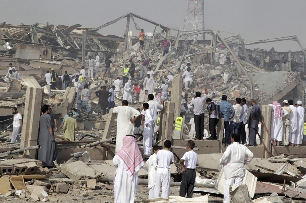 Люди собираются на месте взрыва в Эр-Рияде, Саудовская Аравия. (AP Photo)