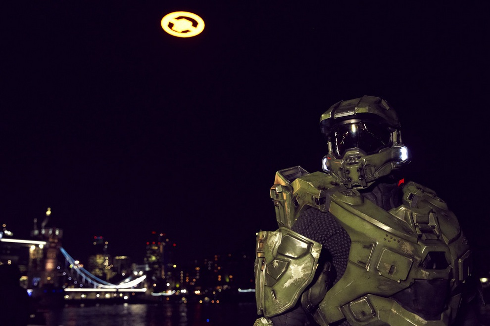 Master Chief позирует на фоне гигантского символа Halo 4 в небе над Лондоном, Англия. (Getty Images)