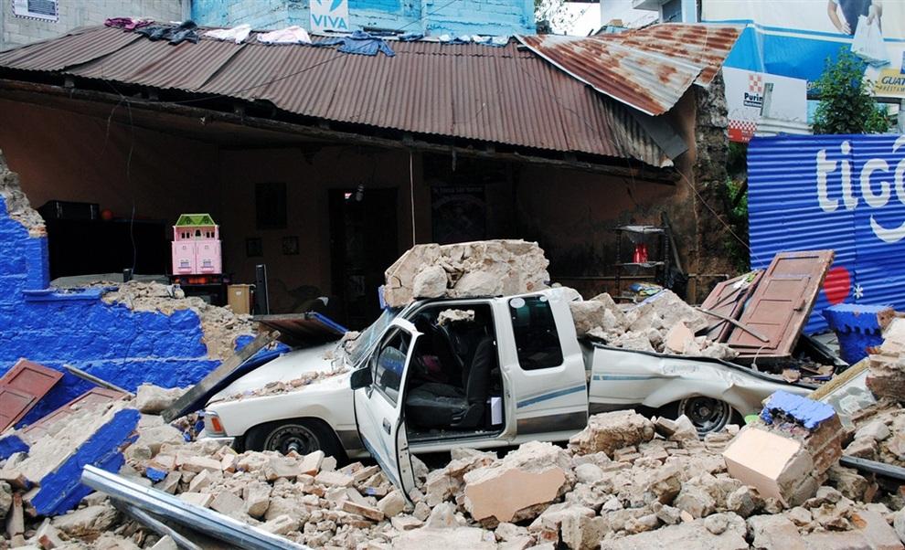 Руины улицы в юго-западном городе Сан-Маркос, Гватемала. (AFP/Getty Images)