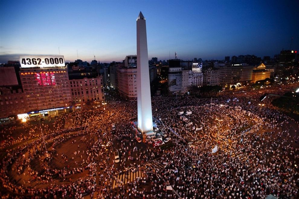 Аргентинцы собираются на митинг у Обелиска в Буэнос-Айресе, Аргентина. (AP Photo/Natacha Pisarenko)