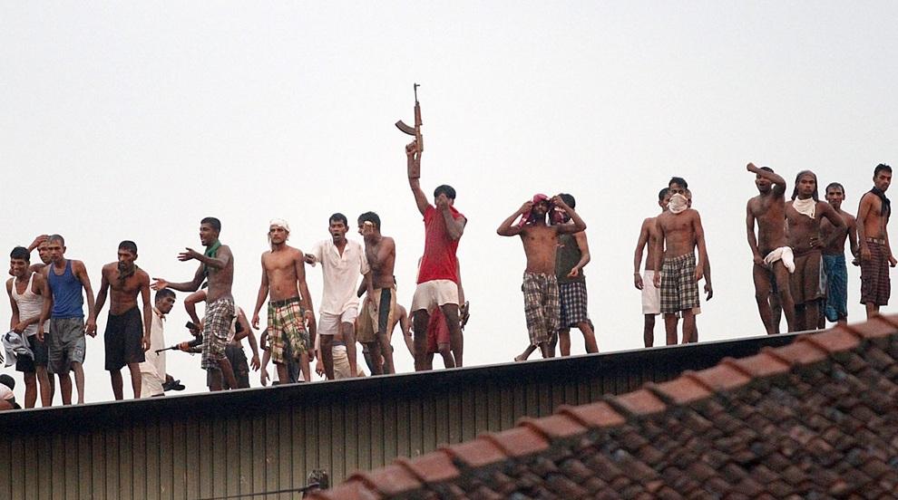 Заключённые тюрьмы Великада в Коломбо, Шри-Ланка, устроившие перестрелку со службой охраны и спецотрядом полиции в попытках сбежать из тюрьмы. (ISHARA S.KODIKARA/AFP/Getty Images)