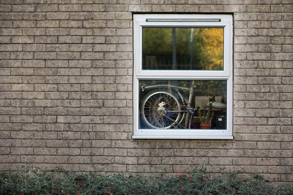 Свёрнутый велосипед марки Brompton лежит у окна фабрики в Брентфорде, Лондон, Англия. (Oli Scarff/Getty Images)
