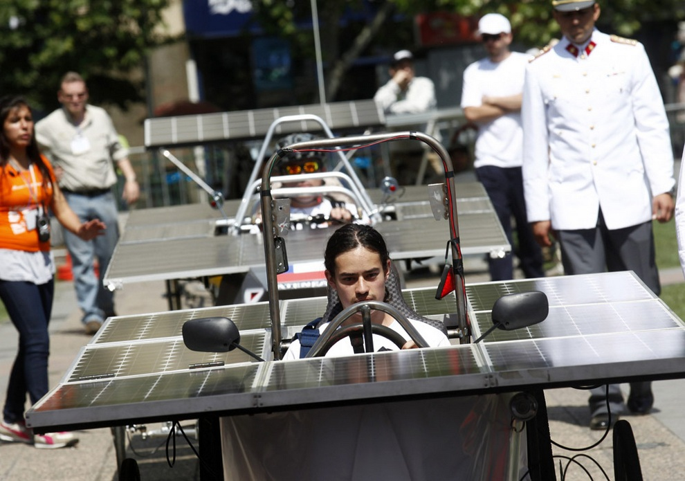 Студенты демонстрируют автомобили на солнечной энергии, Сантьяго, Чили. (EFE/Felipe Trueba)