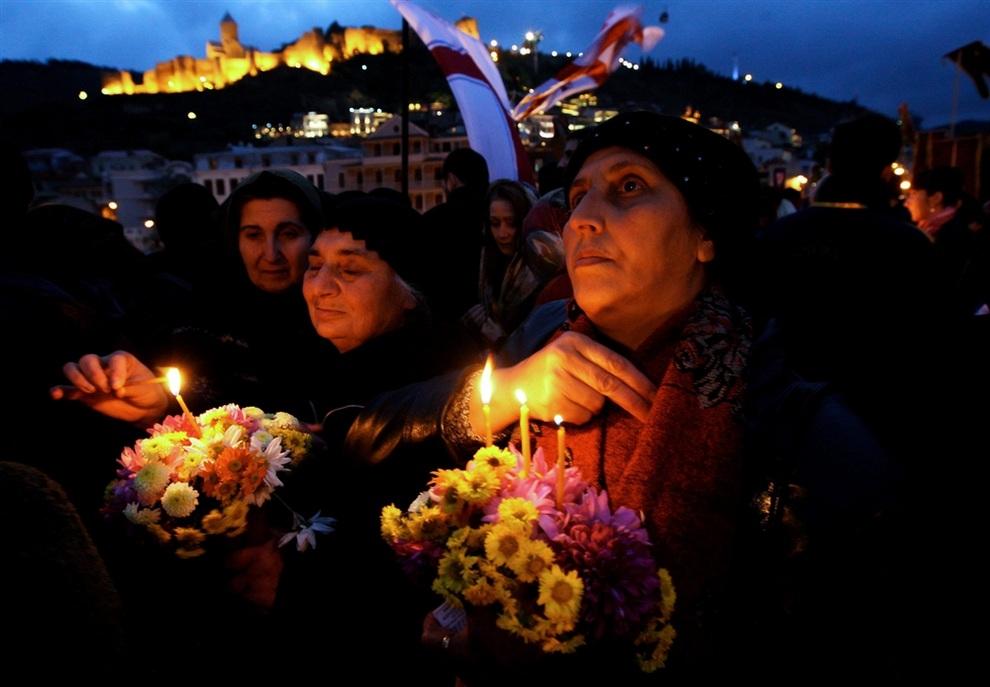 Православные верующие принимают участие в службе, чтобы почтить память 100 000 мучеников, убиенных хорезмийцами, Тбилиси, Грузия. (EPA/ZURAB KURTSIKIDZE)
