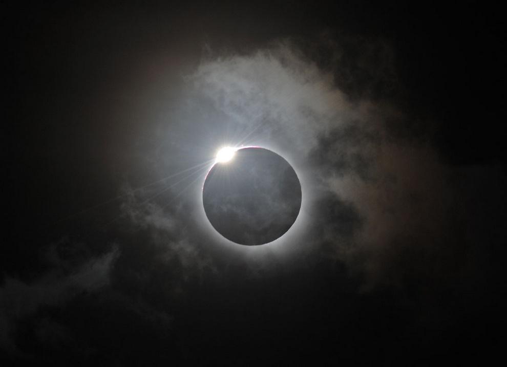 «Чётки Бейли», или эффект бриллиантового кольца — оптический эффект во время полного солнечного затмения над штатом Квинсленд, Австралия. (GREG WOOD/AFP/Getty Images)
