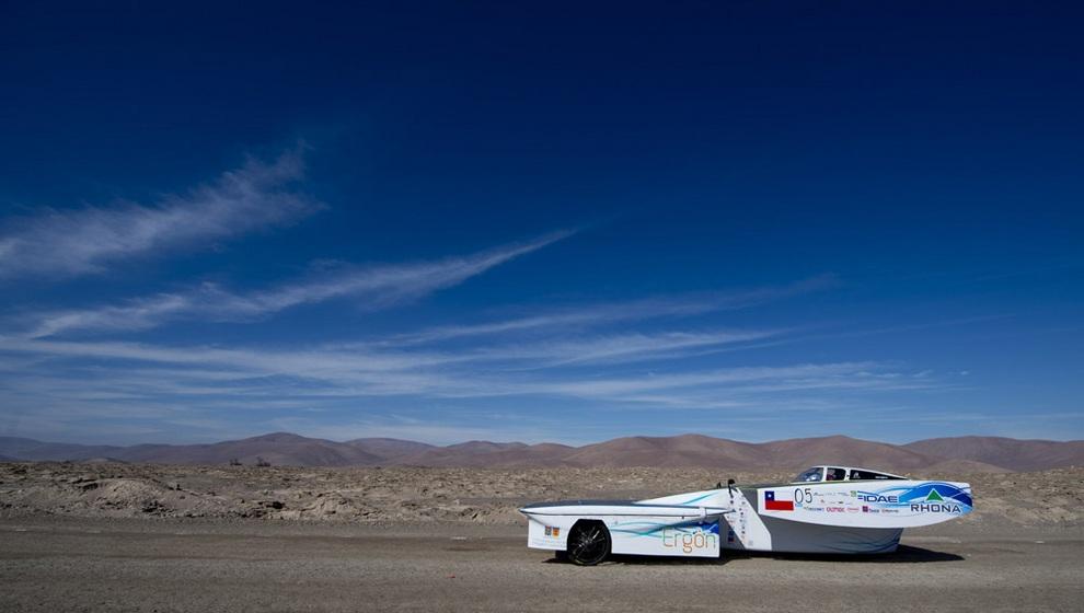 Солнцемобиль чилийской команды Ergon во время первого этапа гонки Atacama Solar Challenge, Икике, административный регион Тарапака, Чили. (MARTIN BERNETTI/AFP/Getty Images)