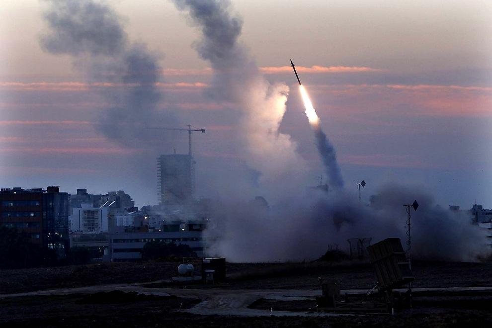 Израильская тактическая система ПРО «Железный купол» срабатывает на ракету палестинцев, выпущенную из сектора Газа по Ашдоду, Израиль. (AP Photo/Tsafrir Abayov)
