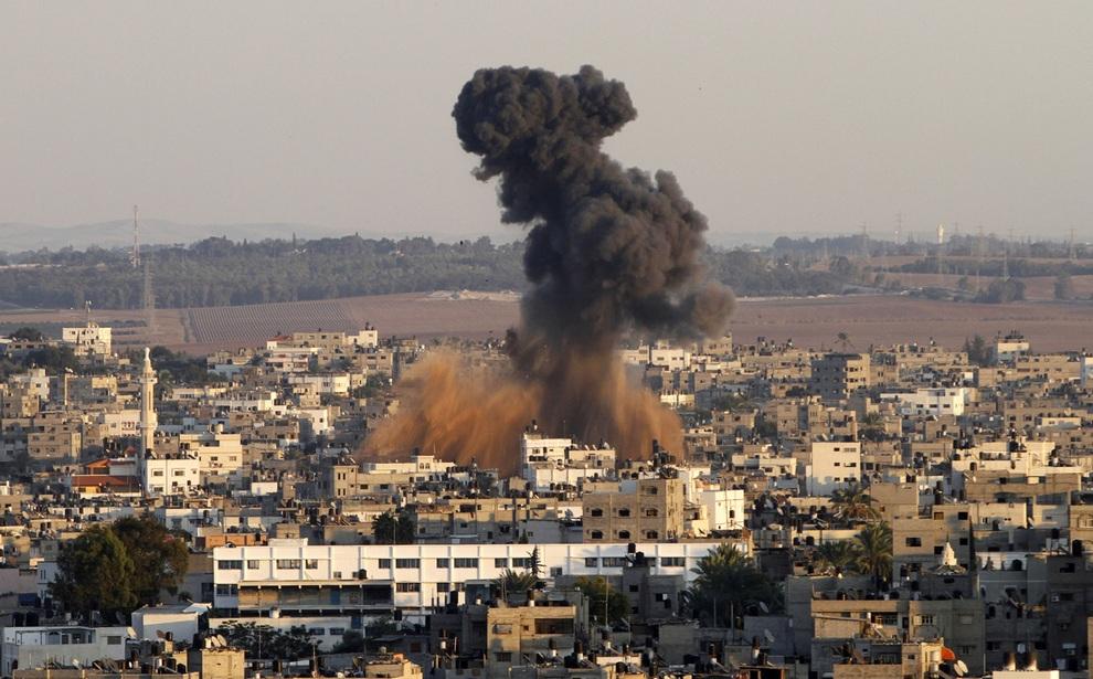 Дым поднимается от места удара израильской ракеты по сектору Газа. (AP Photo/Hatem Moussa)