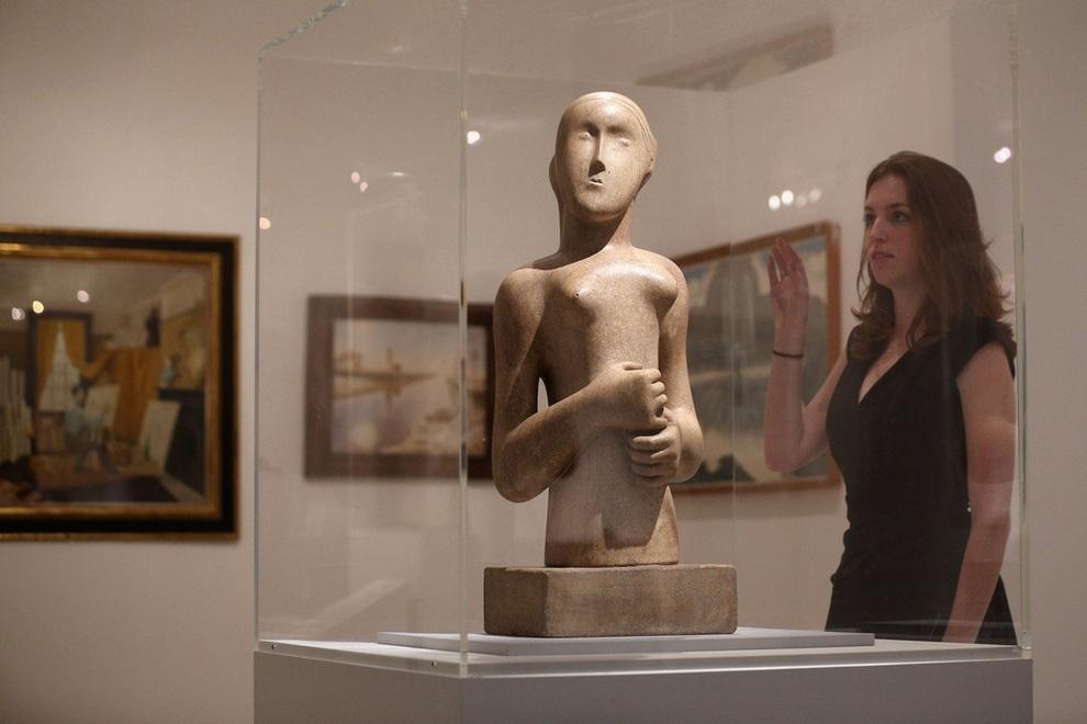 Работа прославленного британского скульптора Генри Мура под названием «Девушка» (англ. Girl) на выставке «Идеальное место для роста» в Королевском художественном колледже, Лондон, Англия. (Oli Scarff/Getty Images)