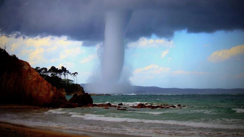 Водяной смерч в Батманс-Бэй, 280 км от Сиднея, штат Новый Южный Уэльс, Австралия. (Double Exposure Photography)