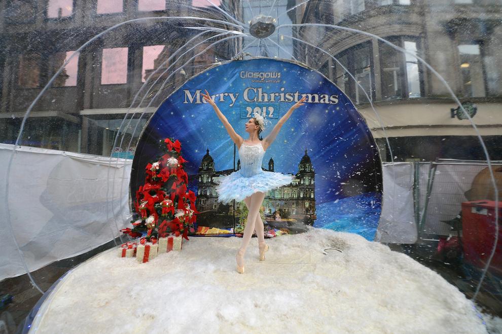 Снежный шар с балериной на улицах Глазго (4 фото)