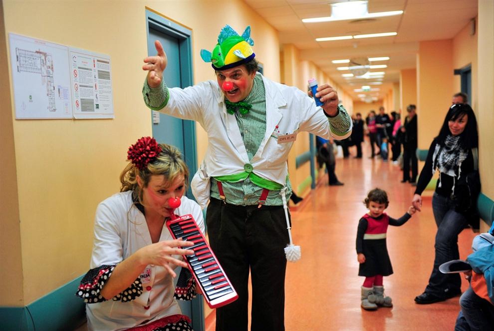 Профессиональные комики Доктор И.К. и Доктор Мафальда из комик-труппы «Красные носы» (словен. Rdeči noski) дают представление для пациентов в педиатрической клинике города Ново-Место, Словения. (REUTERS/Srdjan Zivulovic)
