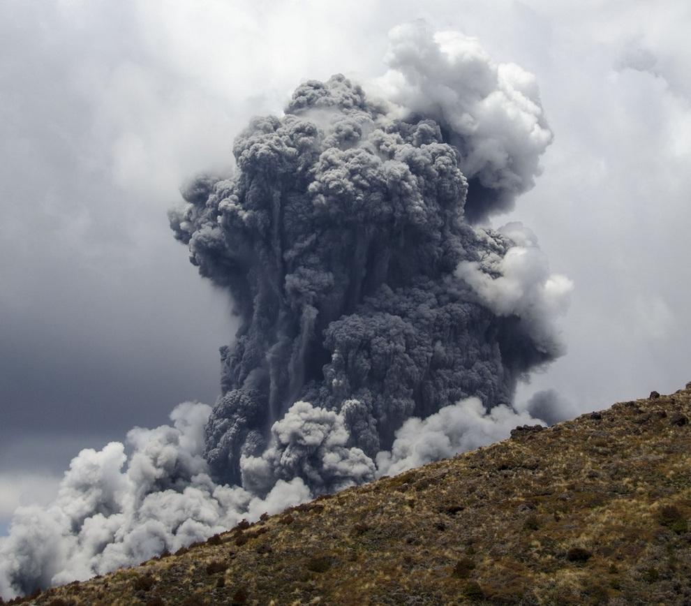 Извержение вулкана Тонгариро, Новая Зеландия. (REUTERS/Stefan Keller)