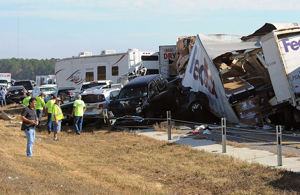 Результаты автокатастрофы близ Бомонта, штат Техас, США. (AP Photo/The Beaumont Enterprise, Guiseppe Barranco)