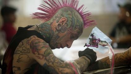 Культ татуировок и пирсинга в Медельине (5 фото)